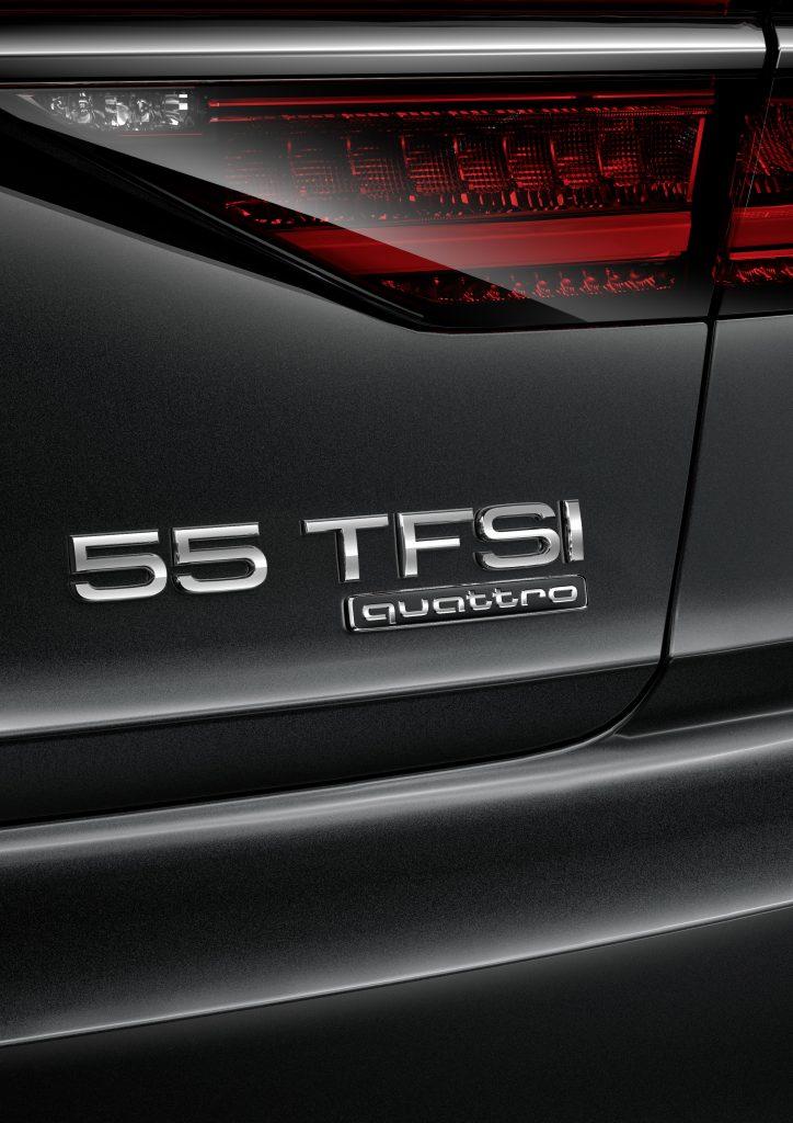 Nahmaufnahme vom Heck des Audi A8 55 TFSI mit neuem Typkennzeichen