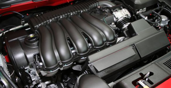 Leistungsstarker Motor, geöffneter Motorraum