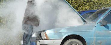 Man guckt nach Motorschaden in den rauchenden Motorraum.