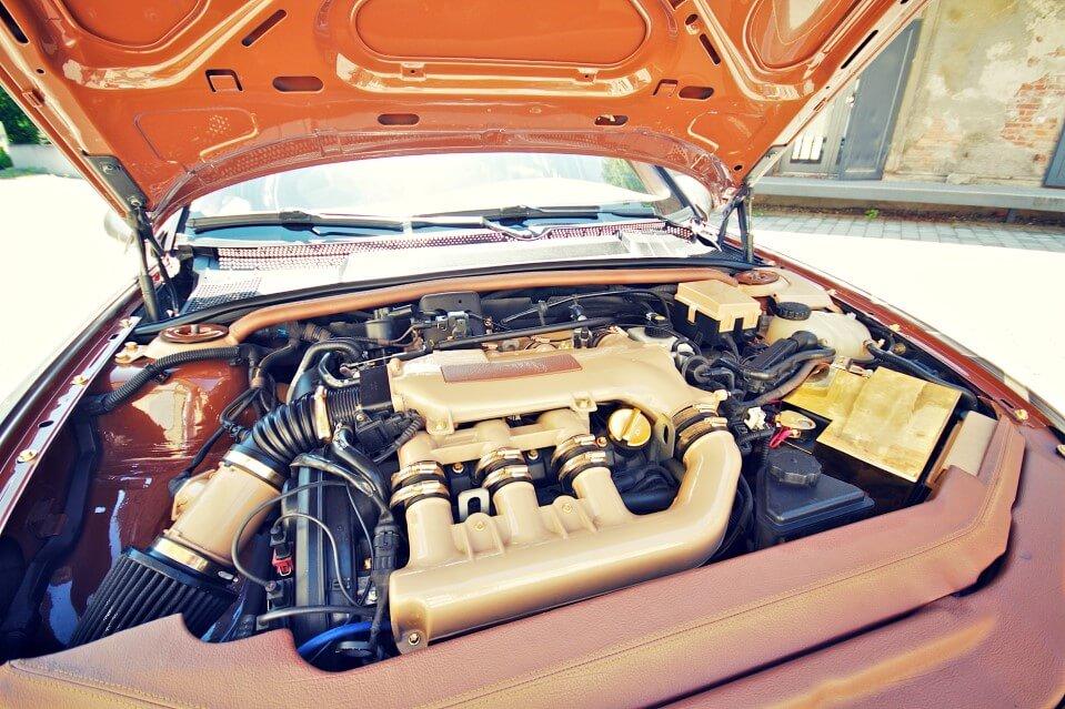 Veredelter Motorraum eines Opel Vectra B Baujahr 2000 mit X25XE Motor.